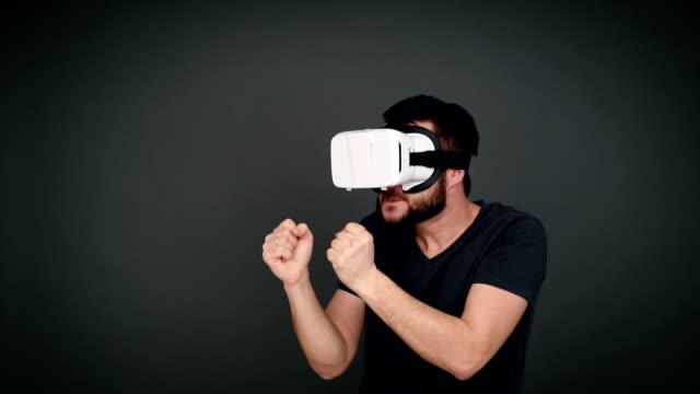 allegro uomo attivo giocando con l'aiuto di realtà virtuale occhiali - pugilato sport video stock e b–roll