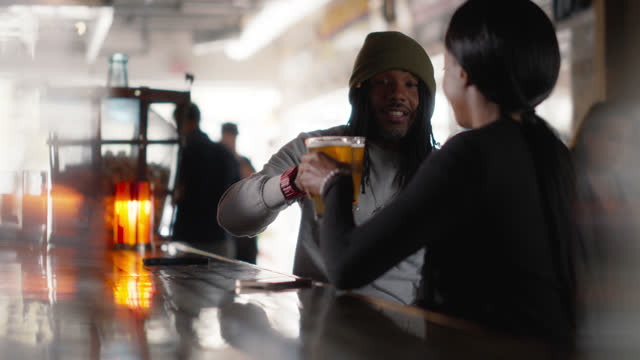 vídeos y material grabado en eventos de stock de cheerful man and woman clink glasses at a bar - 25 29 años
