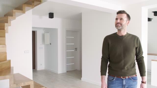 vídeos de stock e filmes b-roll de cheerful man at new apartment/ debica/ poland - proprietário de casa