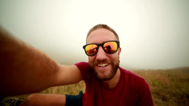 Fröhlich Mann nehmen selfie auf der mountain trail-Nebel