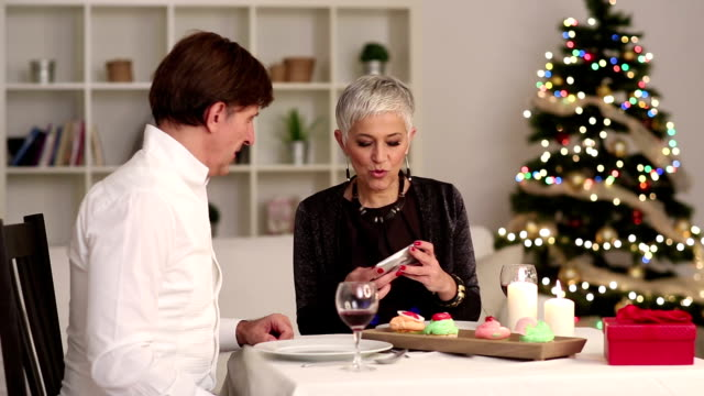 vídeos de stock, filmes e b-roll de alegre casal maduro tem jantar de natal - casal de meia idade
