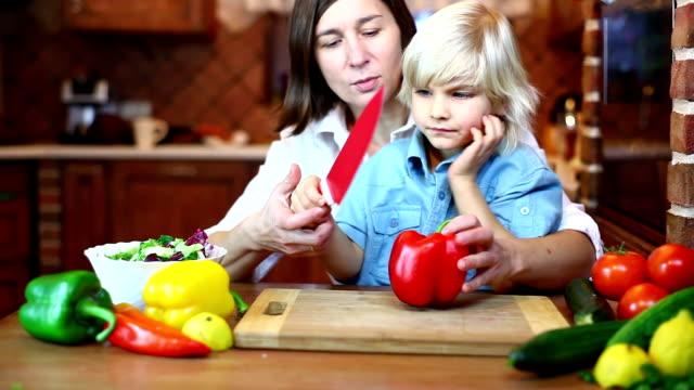 Fröhlich Mutter und sein Sohn Küche