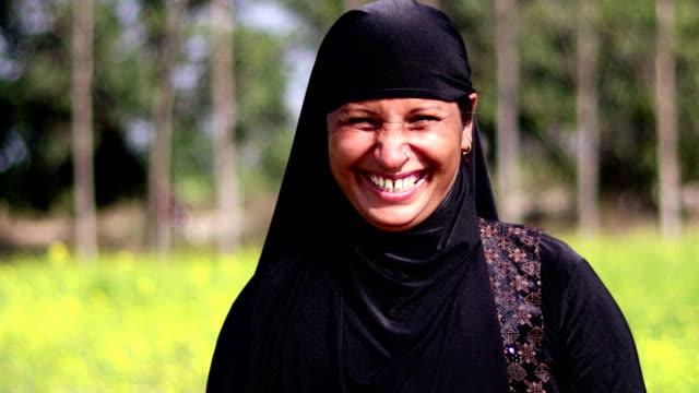 gladlynt muslimsk kvinna porträtt - islam bildbanksvideor och videomaterial från bakom kulisserna