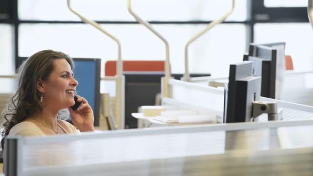 vídeos de stock, filmes e b-roll de senhora do trabalhador de escritório alegre ao telefone - secretária