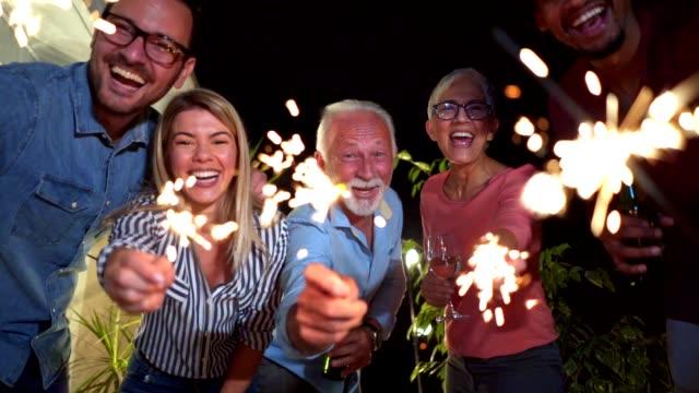 vídeos de stock e filmes b-roll de cheerful people celebrating a new year - alegria