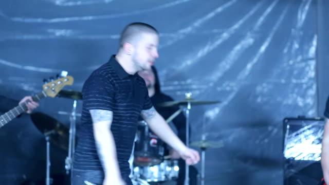 vídeos de stock e filmes b-roll de cheerful rebellious music performance - música heavy metal