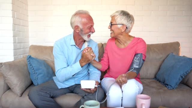 fröhliche älteres paar gute medizinische ergebnisse - messen stock-videos und b-roll-filmmaterial