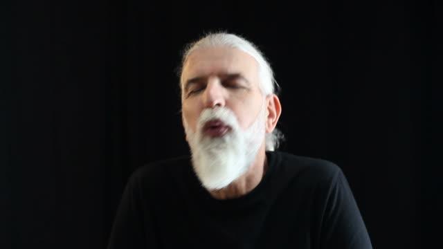 vídeos de stock e filmes b-roll de alegre homem idoso cantar, dançar e de desfrutar - ator