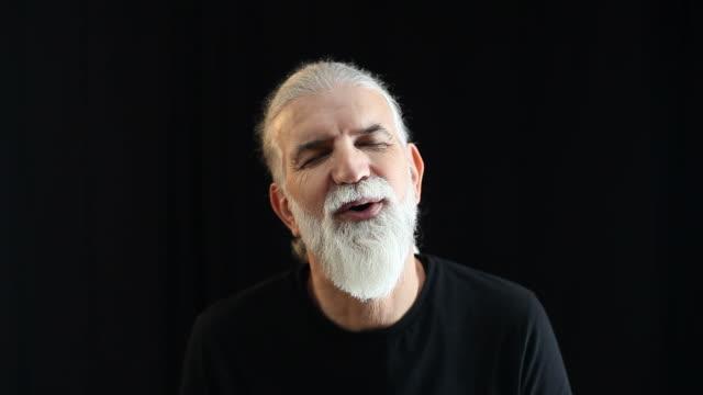 vídeos de stock e filmes b-roll de alegre homem senior sorridente e expressão de emoção positiva - ator