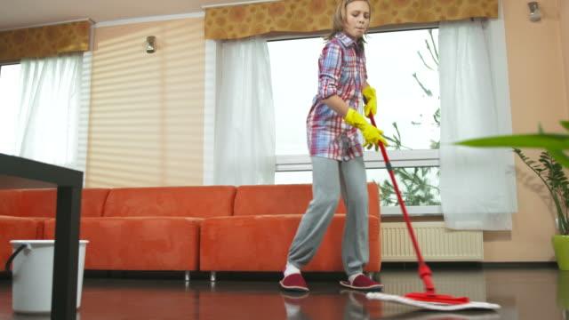 dolly hd: allegra ragazza adolescente lavi il pavimento - routine video stock e b–roll