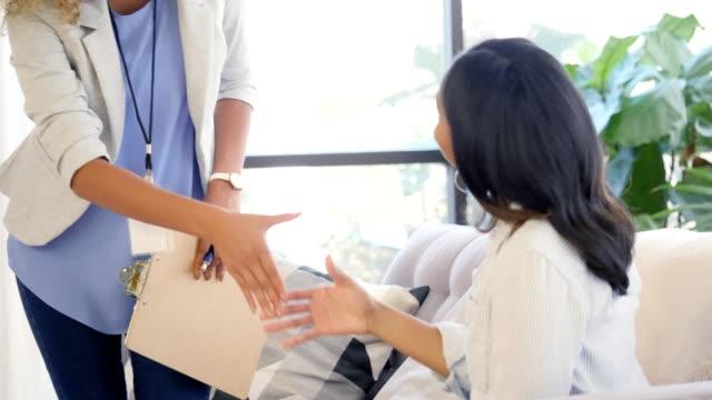 vídeos de stock, filmes e b-roll de terapeuta alegre saudação novo paciente - profissional de saúde mental