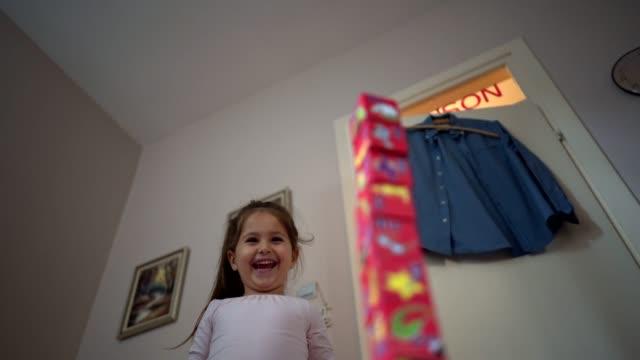 Fröhliche Kleinkind Mädchen wegblasen angeordnet Blöcke