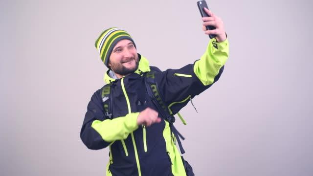 vídeos y material grabado en eventos de stock de alegre turista con haciendo autofoto - rucksack