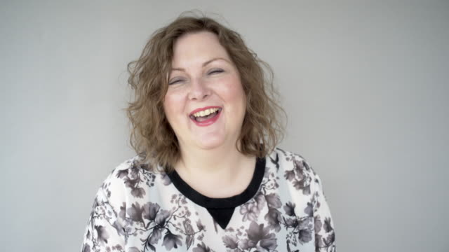 stockvideo's en b-roll-footage met a cheerful woman laughing - 45 49 jaar