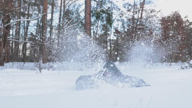 陽気な女性は雪で遊ぶ。 - ウィンターコート点の映像素材/bロール
