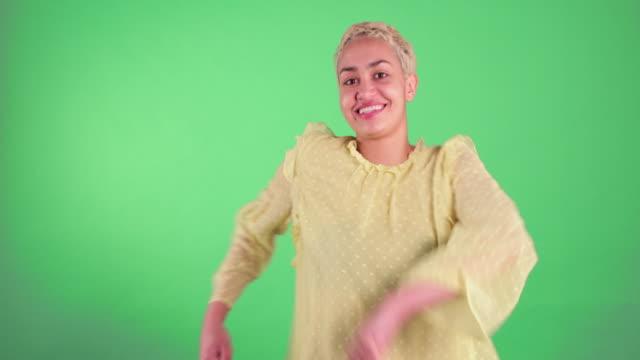 vídeos de stock e filmes b-roll de cheerful woman portrait - ditado