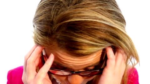 stockvideo's en b-roll-footage met vrolijke vrouw bril op te zetten - bril brillen en lenzen