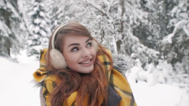 vídeos de stock, filmes e b-roll de cheerful woman/ zakopane/ poland - protetor de ouvido