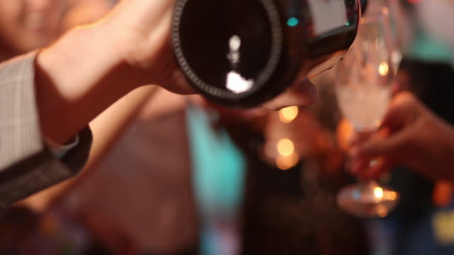 fröhlich, jung und betrunken - silvester stock-videos und b-roll-filmmaterial