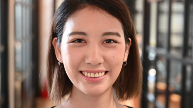 歯の笑顔で陽気な若いビジネスウーマン - 中国人点の映像素材/bロール