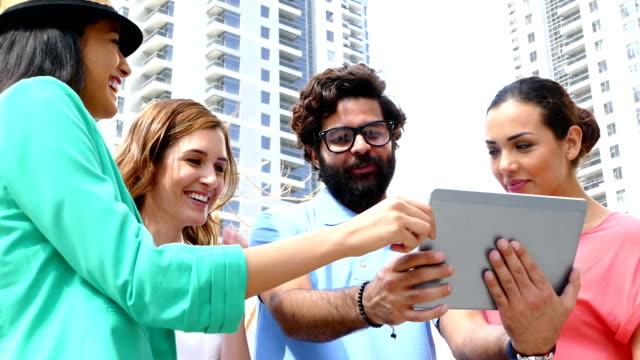 陽気な若者の街、デジタルタブレット。 - istockalypse点の映像素材/bロール
