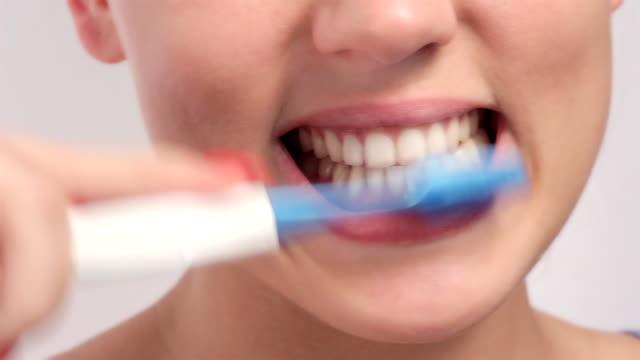 Fröhlich Junge Frau Zähne putzen.