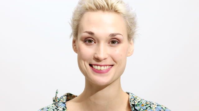 vídeos de stock e filmes b-roll de cheerful young woman on white background - retrato formal