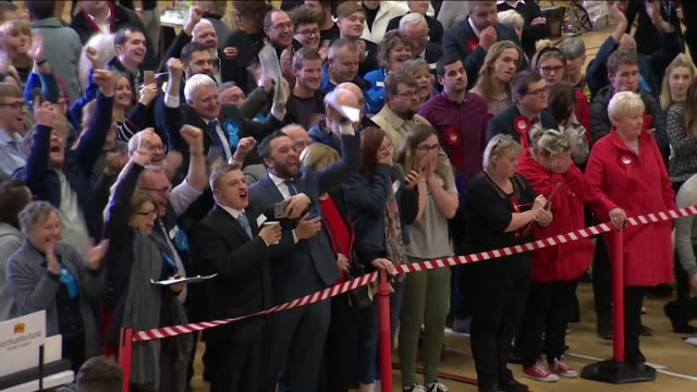 cheering at the blythe valley general election result as it changes from labour to conservative newly elected mp ian levy thanks boris johnson - elezioni generali video stock e b–roll
