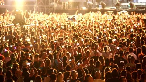 jublande folkmassa vid en konsert. - musikfestival bildbanksvideor och videomaterial från bakom kulisserna
