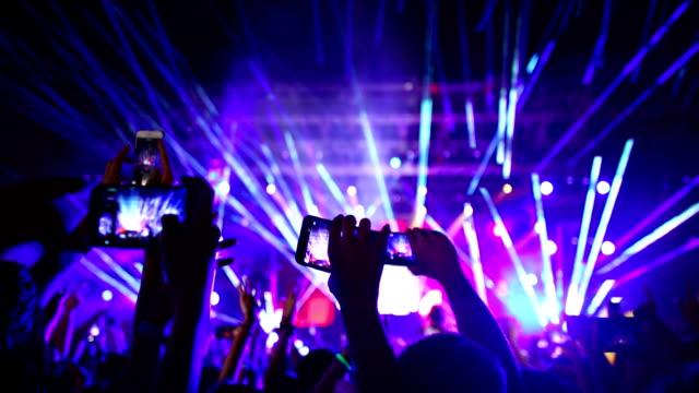 コンサートで声援する群衆。 - 大人数点の映像素材/bロール