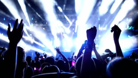 jublande folkmassa vid en konsert. - nattklubb bildbanksvideor och videomaterial från bakom kulisserna