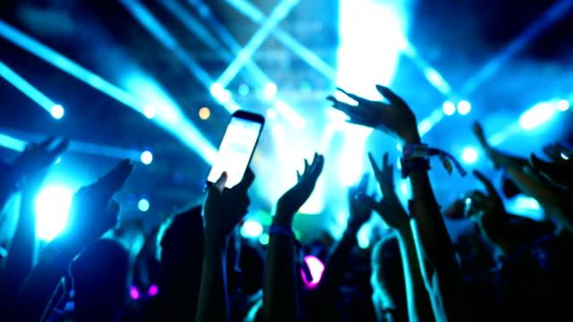 vídeos de stock, filmes e b-roll de multidão aplaudindo em um concerto. - clubbing