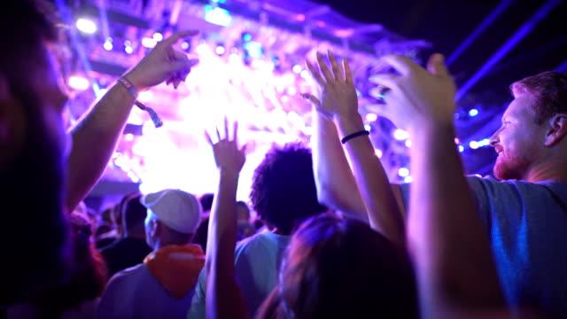 vídeos de stock, filmes e b-roll de multidão cheering em um concerto. - evento de entretenimento