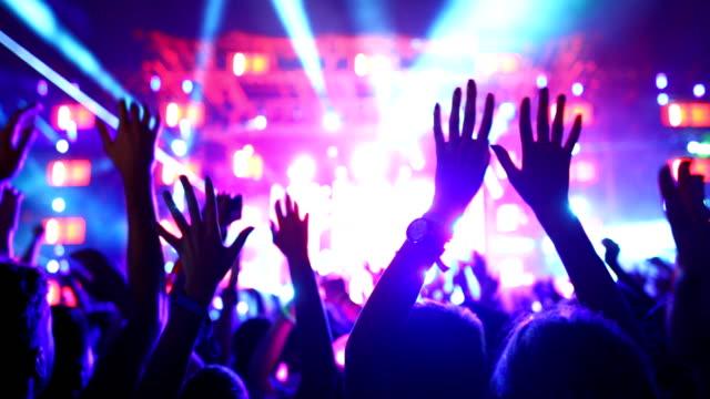 vídeos de stock e filmes b-roll de cheering crowd at a concert. - luz estroboscópica