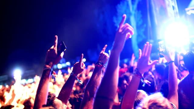 vídeos de stock e filmes b-roll de cheering crowd at a concert. - evento de entretenimento