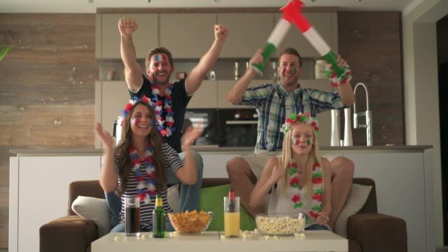 vídeos de stock e filmes b-roll de cheering fan couples at home - campeonato desportivo