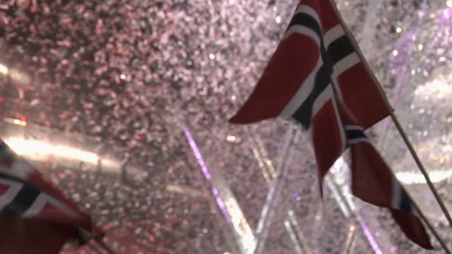 vídeos de stock, filmes e b-roll de comemorando pessoas agitando bandeira norueguesa. - países nórdicos