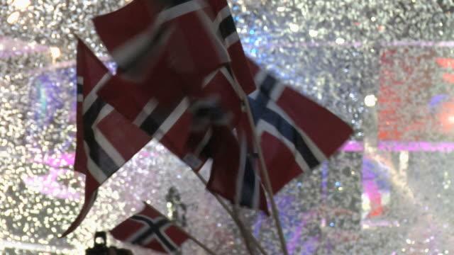 vídeos de stock, filmes e b-roll de comemorando pessoas com bandeira norueguesa. - países nórdicos