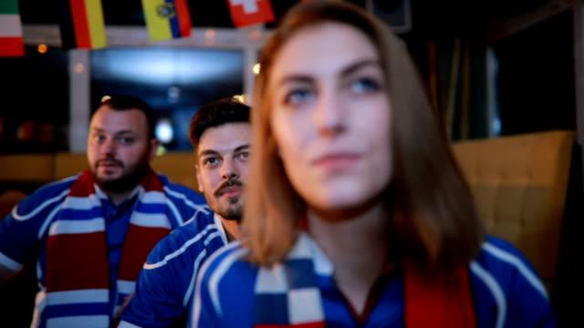 stockvideo's en b-roll-footage met juichen met vrienden - teleurstelling