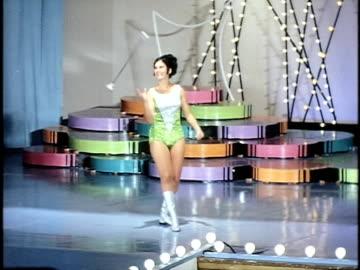 vídeos y material grabado en eventos de stock de cheerleader dancing at miss california beauty contest, san francisco, california, usa - concursante