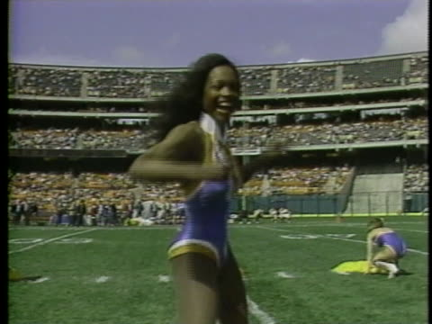 1983 LA MS Cheerleader dancing on football field for USFL team Oakland Invaders / USA