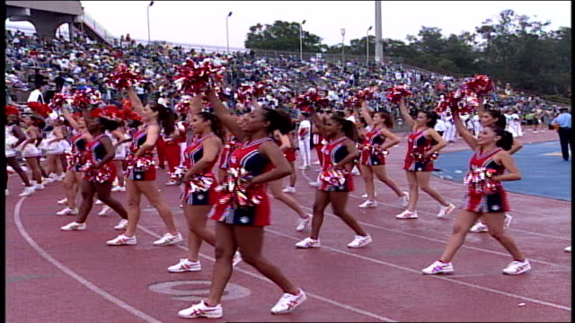 cheerleaders cheering in new orleans - ragazza pon pon video stock e b–roll