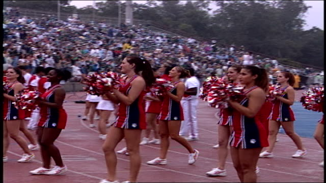 cheerleaders doing a routine in new orleans, louisiana - ホームカミング点の映像素材/bロール