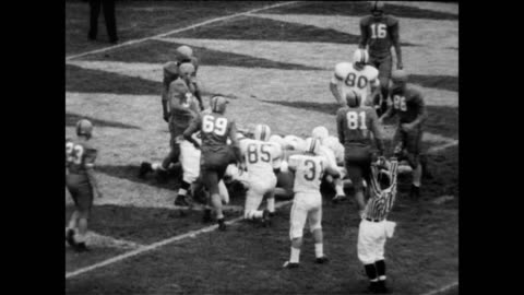 vidéos et rushes de / cheerleaders entertain the crowd in football stadium at college park / football game / specific athletes mentioned are: john mcvicker, jim ridlon,... - 1956