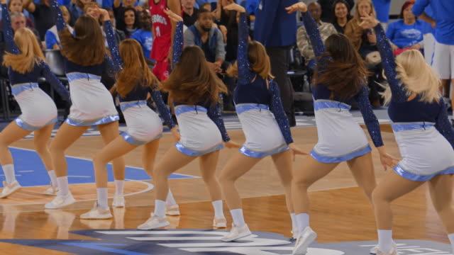 cheerleaders performing on the basketball court - game show bildbanksvideor och videomaterial från bakom kulisserna