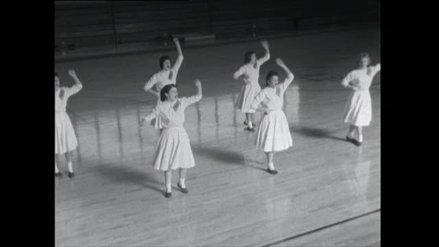 cheerleaders practice routine - only teenage girls stock videos & royalty-free footage