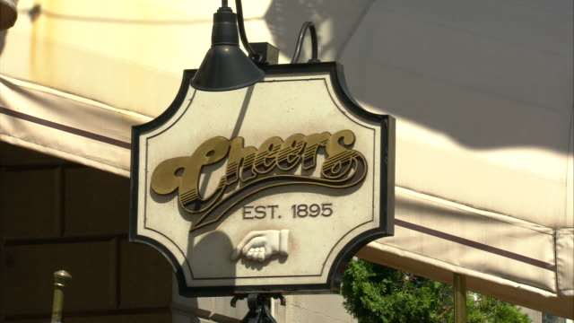 cu 'cheers bar 1895' sign at beacon street, beacon hill residential area / boston, massachusetts, usa  - scrittura occidentale video stock e b–roll