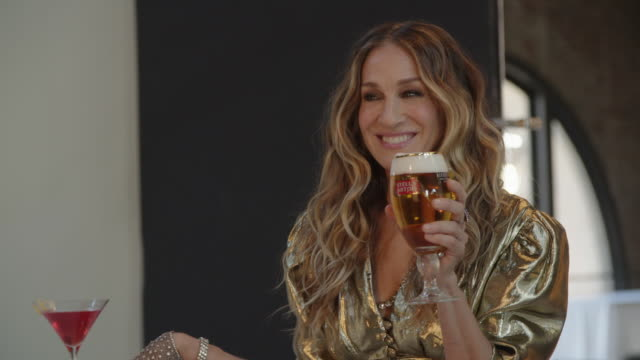stockvideo's en b-roll-footage met cheers to a good cause jeff bridges and sarah jessica parker reprise their roles as the dude and carrie bradshaw in stella artois' new super bowl... - sarah jessica parker
