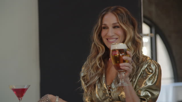 vidéos et rushes de cheers to a good cause! jeff bridges and sarah jessica parker reprise their roles as the dude and carrie bradshaw in stella artois' new super bowl... - sarah jessica parker