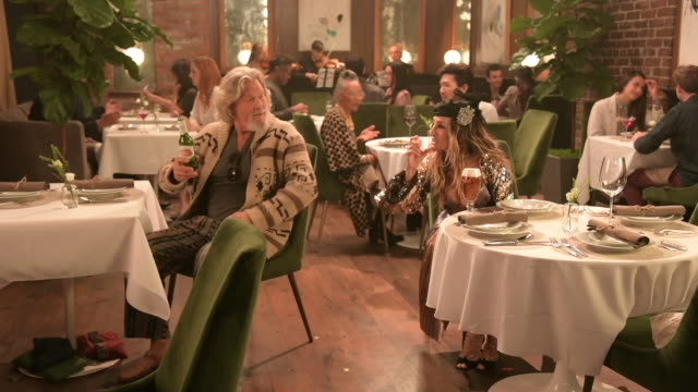 stockvideo's en b-roll-footage met cheers to a good cause! jeff bridges and sarah jessica parker reprise their roles as the dude and carrie bradshaw in stella artois' new super bowl... - clean